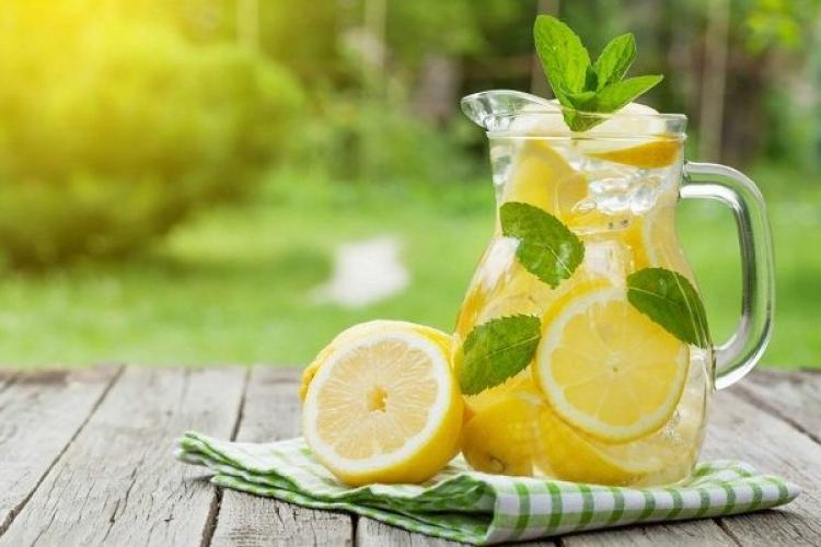 Limonadă cu mentă, făcută în casă, delicioasă și răcoritoare. Cea mai simplă rețetă pentru a obține o băutură ideală pentru vară