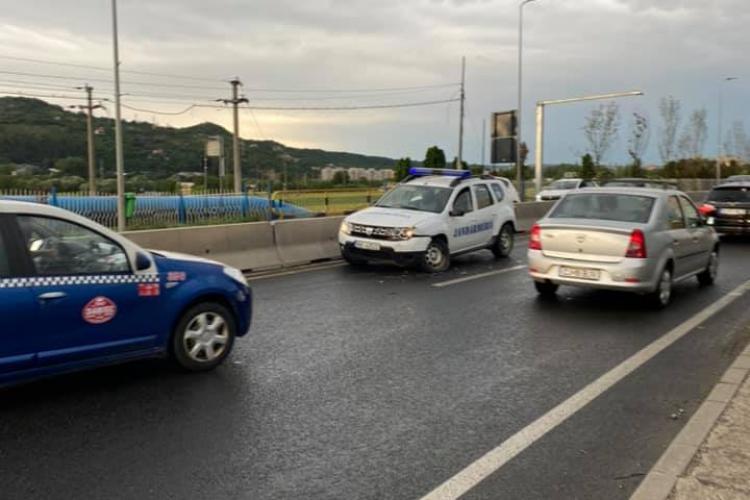 Mașina Jandarmeriei Cluj a lovit un autoturism lângă VIVO, în timp ce circula pe contrasens - FOTO