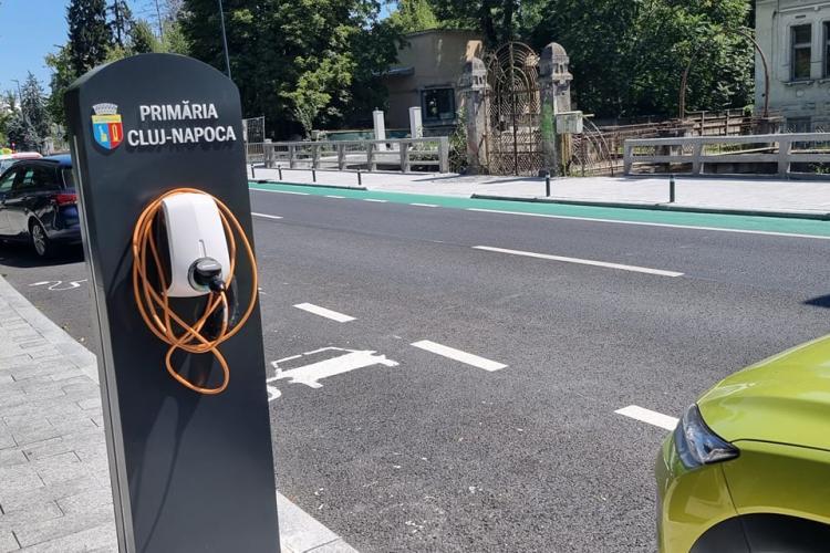 Cele 20 de stații de încărcare a mașinilor electrice de pe Cardinal Iuliu Hossu nu funcționează - FOTO