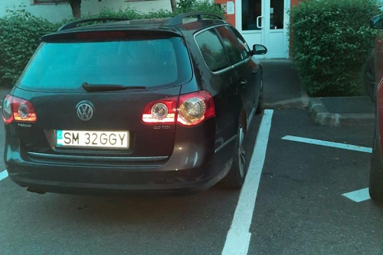 Pe Aleea Brateș, din Mănăștur, s-au trasat parcări și la intrarea în bloc - FOTO