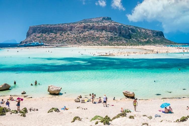 Grecia impune carantină pe două insule pline de turiști români