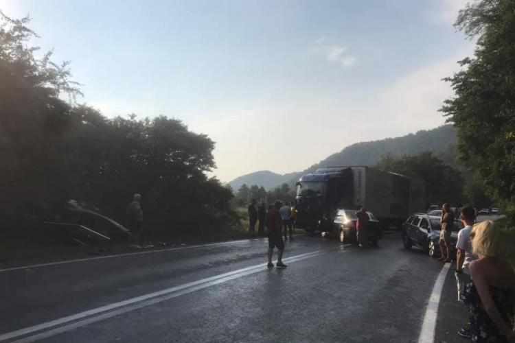 Accident grav de circulație pe drumul Cluj - Oradea, la Poieni. Sunt implicate 3 autoturisme și un TIR - FOTO