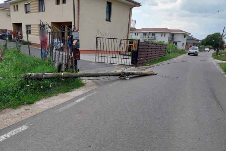Un stâlp a fost doborât de furtună, în Florești - FOTO