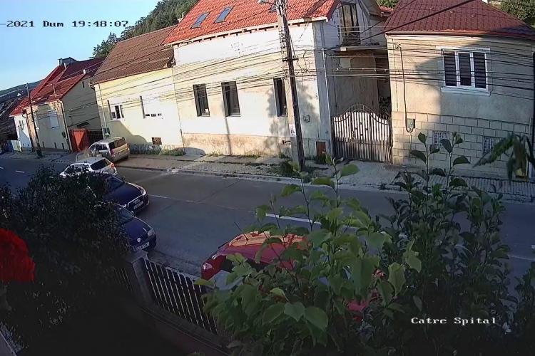 Micuț Smart, făcut PRAF într-un accident pe strada Florilor, din Dej. Totul a fost susprins de camerele de supraveghere - VIDEO