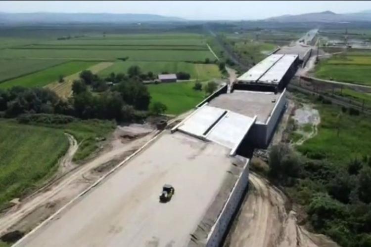 DEZASTRU pe autostrada Sebeș-Turda. Pod montat STRÂMB și doar 3 utilaje care lucrează?- FOTO