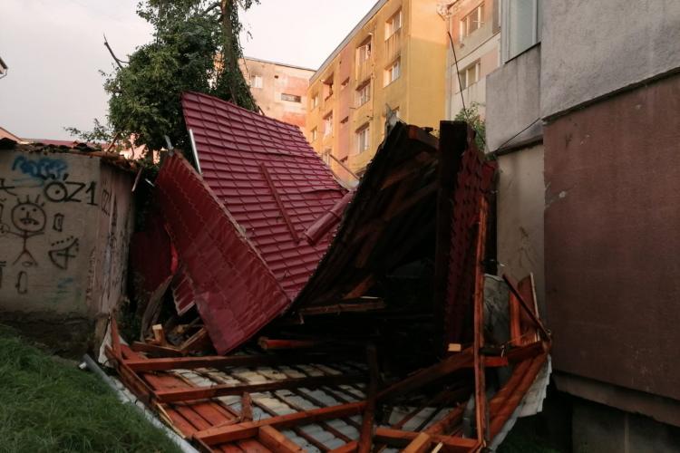 Un constructor din Cluj spune ADEVĂRUL despre acoperișurile luate de furtună, de parcă sunt din carton