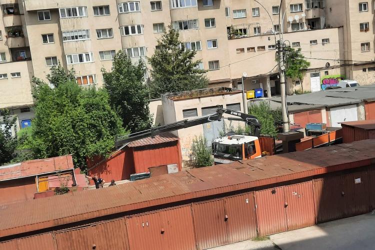S-a demolat primul garaj de pe strada Dorobanților 105 - VIDEO