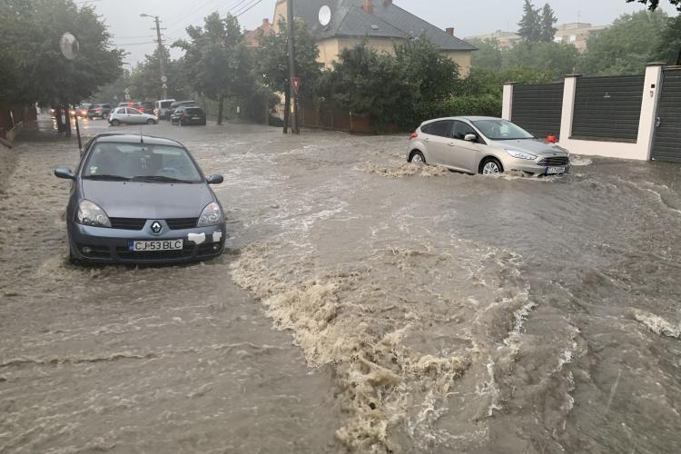 Potop în Andrei Mureșanu, pe strada Brașov. Apa a măturat grădinile și drumul a fost blocat - VIDEO EXCLUSIV