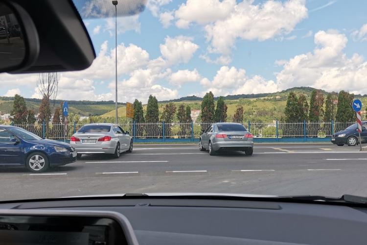 S-au crezut șmecheri, la ieșire de la Brico Depot, Florești. Ce au pățit acești șoferi, care au crezut că obligatoriu dreapta nu e și pentru ei - VIDEO