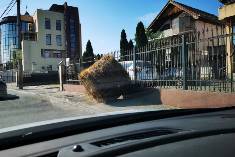 Balot de paie căzut în Someșeni, de pe o remorcă - FOTO