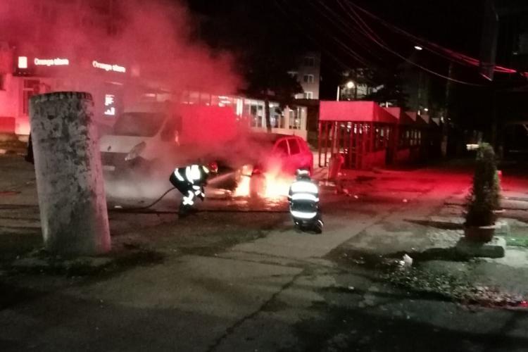 VIDEO EXCLUSIV - Mașină incendiată în Beclean, în stil mafiot! Incendiatorul a eșuat acum 14 zile, dar acum a revenit