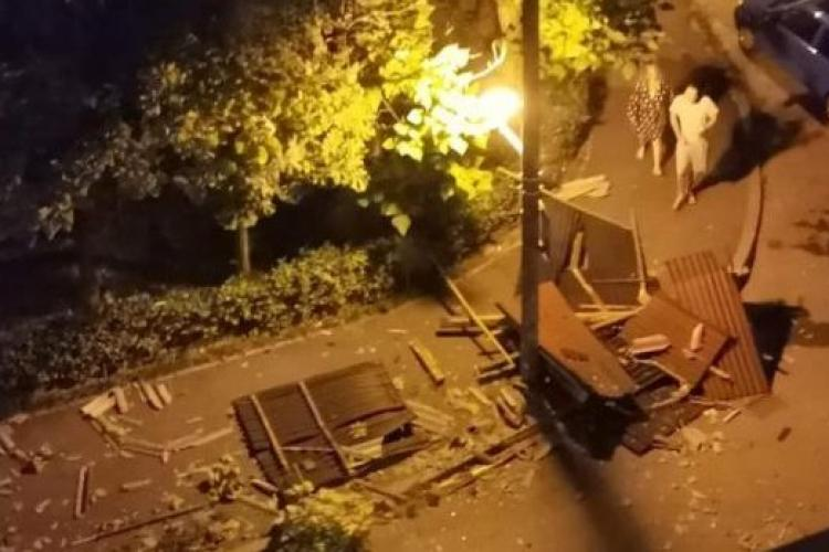 Bărbat rănit grav după ce acoperișul blocului a fost luat de vânt și a lovit un copac ce a căzut peste el - FOTO