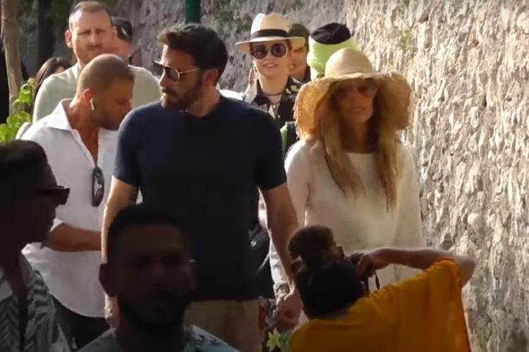 Andreea Marin, în spatele faimoasei Jennifer Lopez, în vacanța din insula Capri - VIDEO