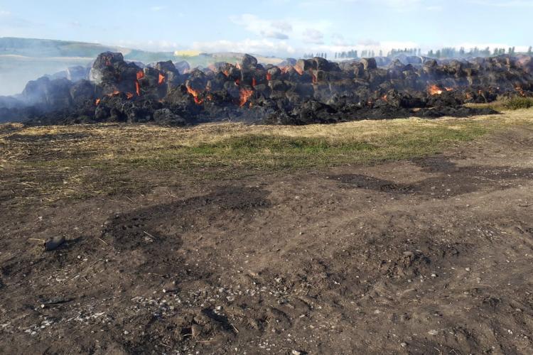 Cluj: Un incendiu imens a cuprins mai mulți baloți de fân în Tureni - FOTO