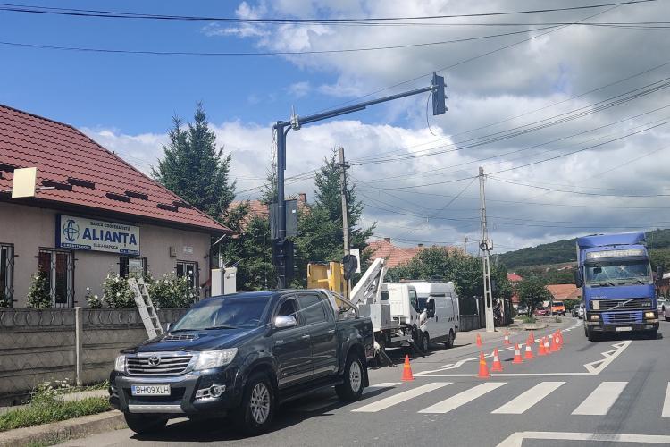 Cu cinci ani întârziere, în Baciu se montează semafoare pe Drumul Național - FOTO