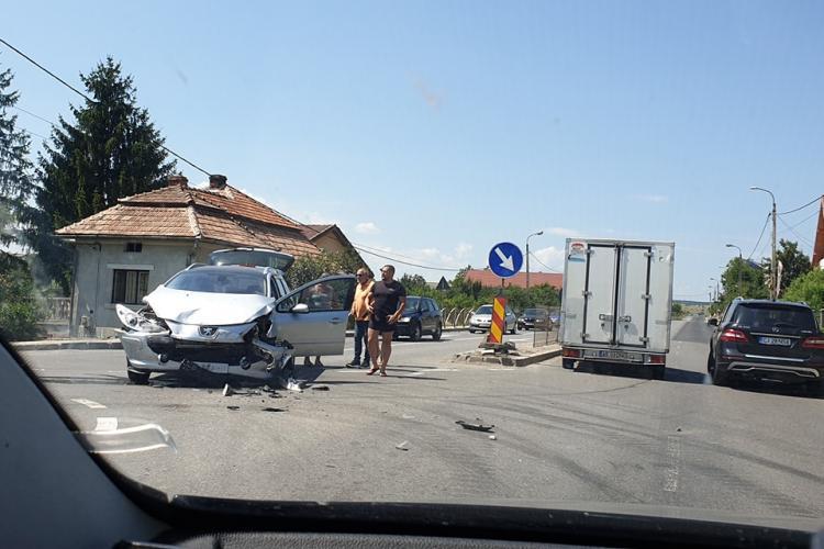 Accident în Tureni, din cauza bordurilor și a gardului de pe mijlocul drumului: Niște handicapați - FOTO
