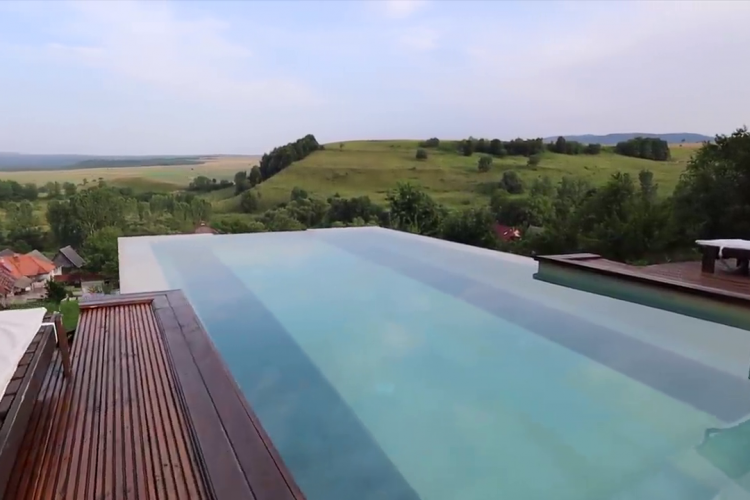 Piscină ca în Bali, la Mărgău - Apuseni. VIEW demențial, care seamănă cu cele din destinațiile exotice la doi pași de Cluj - FOTO