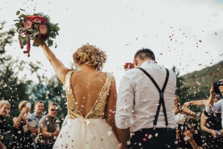 """Cât mai costă să organizezi o nuntă în pandemie: """"Oamenii încep să găsească scuze ca să nu mai vină"""""""