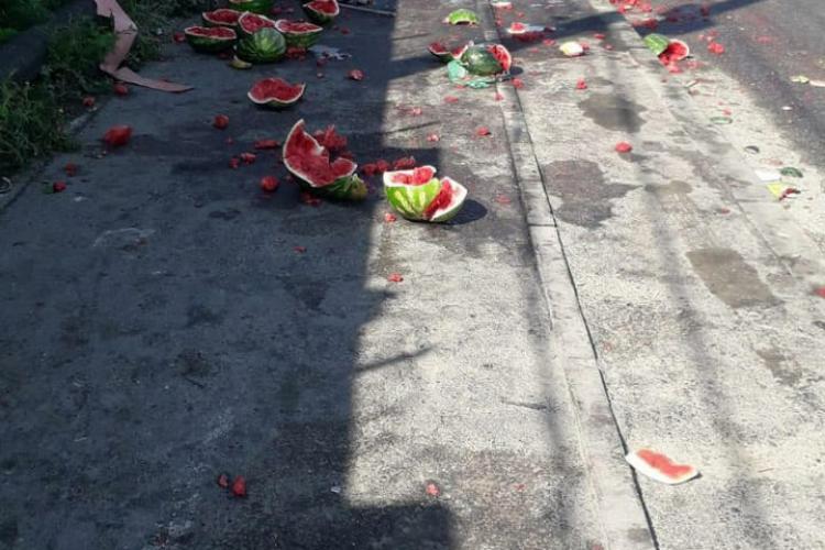 Cineva își bate joc de Cluj. Pepeni aruncați pe strada Cantonului - FOTO
