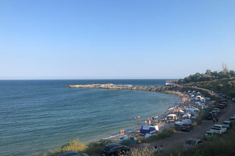 Un turist din Cluj spune că la 2 Mai, pe Litoral, viața e ieftină. Plaja de nudiști este încă plină - FOTO