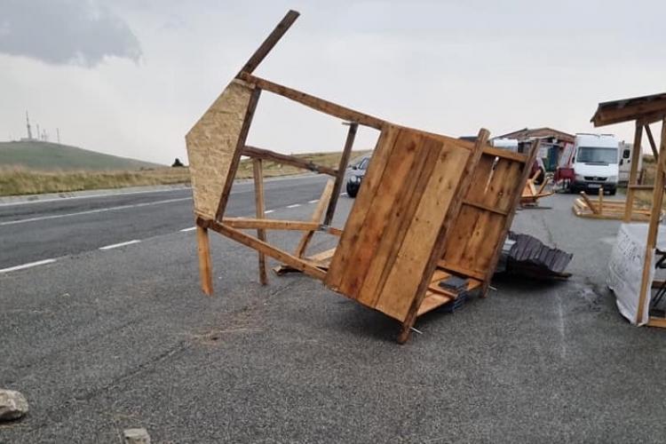 Cod roșu pe Transalpina. Furtuna a distrus chioșcurile și a aruncat frigiderele de răcoritoare pe șosea - FOTO