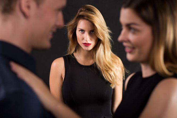 Și-a prins bărbatul că o înșeală, așa că a trecut la șantajarea amantei. Ce greșeală au făcut amorezii