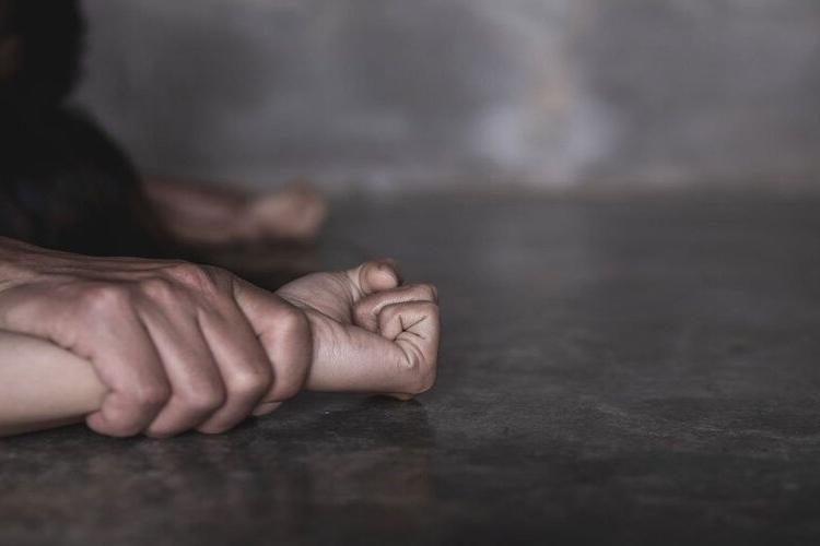 Tânără de 24 de ani răpită, sechestrată și violată. Unul dintre agresori are 15 ani