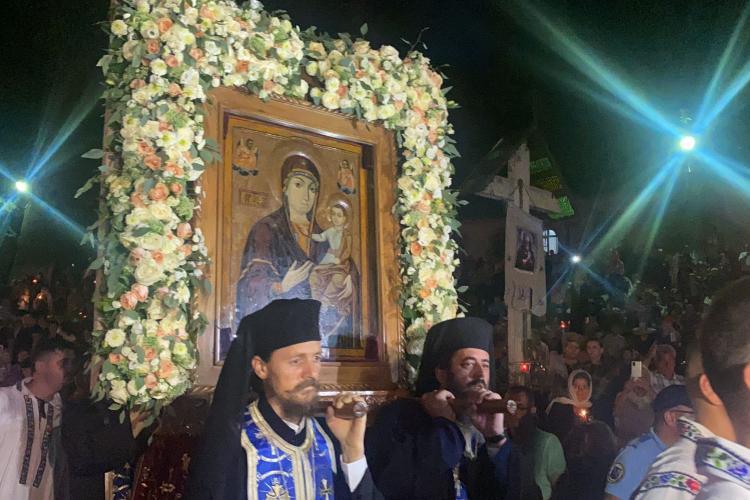 Imagini emoționante de la Mănăstirea Nicula. 30.000 de oameni se roagă și cântă la icoana Maicii Domnului - VIDEO