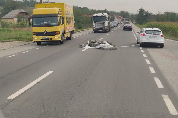 Pericol pe drumul Cluj-Napoca - Gherla. Nimeni nu s-a oprit să mute dalele - FOTO