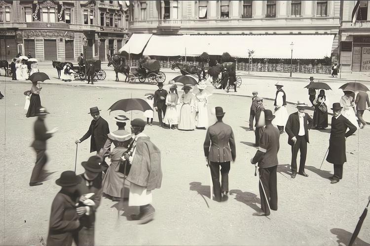 """Imagine din 1910, cu """"Corso-ul clujean"""". Piața Unirii era împărțită pe caste. Totul a  - FOTO"""