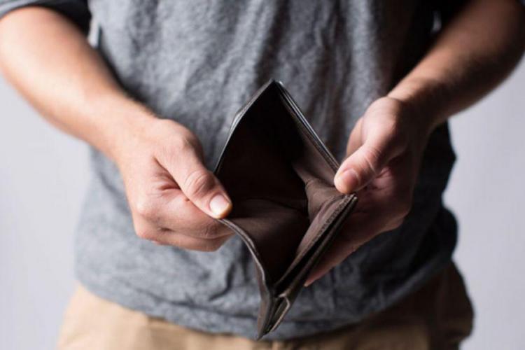 Românii se împrumută sau amână cheltuielile pentru a trăi de la o lună la alta. 40% dintre familii nu și-au plătit la timp facturile
