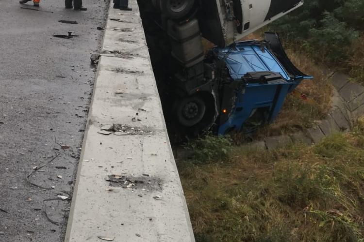 Un TIR a rămas cu cabina suspendată pe viaductul Cristian de pe autostrada Sebeș - Aiud - FOTO