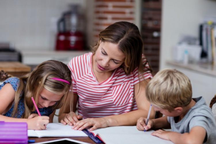 Părinții NU mai vor școală online. Majoritatea susțin că nu autoritățile ar trebui să decidă dacă elevii vor merge sau nu fizic la școală