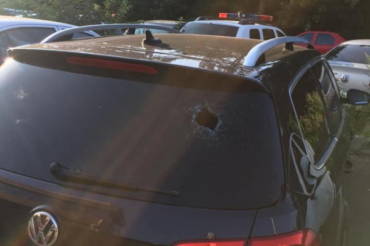 Un psihopat aruncă cu pietre în mașinile care intră la Platinia - VIDEO