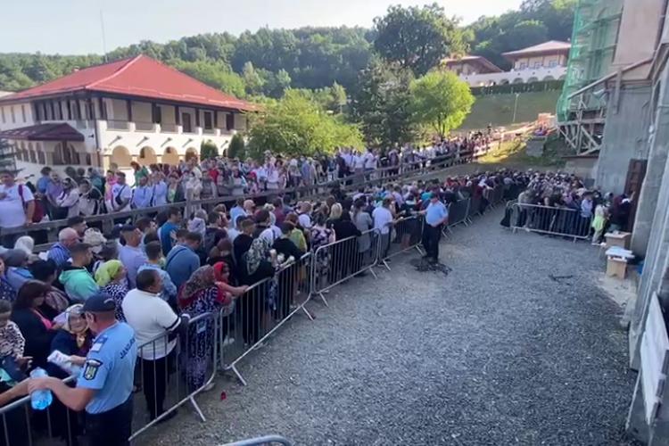 Coadă de mii de oameni, la Mănăstirea Nicula, pentru a se închina la Icoana făcătoare de minuni - VIDEO