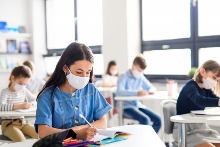 Elevii și studenții obligați să poarte la ore numai măști de uz medical