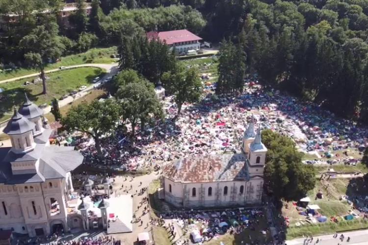 La Mănăstirea Nicula au mers credincioși ca în anii buni. Jandarmii raportează 30.000 de pelerini - VIDEO
