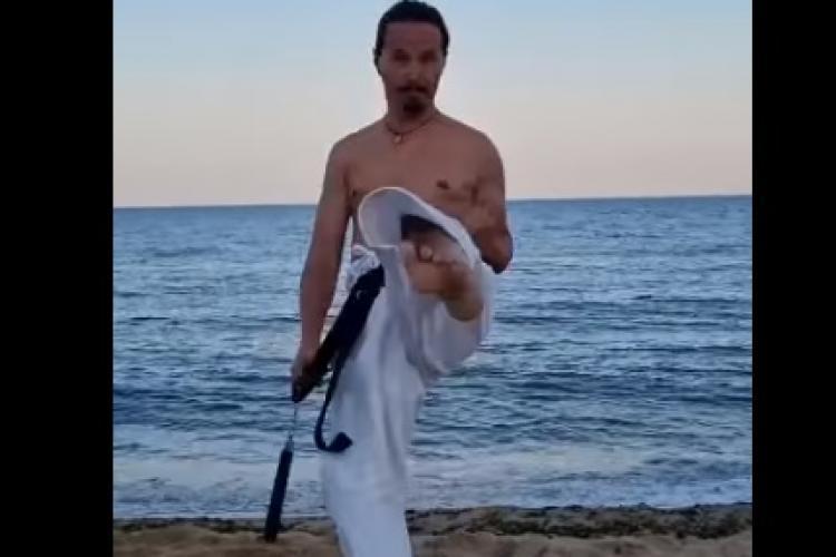 Judecătorul clujean Cristi Dănileț învârte nunchaku -ul ca Bruce Lee, într-o demonstrație pe plajă - VIDEO