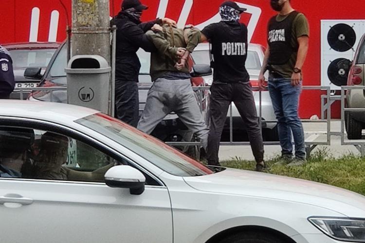 Cluj: Bărbat reținut de mascați la Profi în Grigorescu. Detaliul rușinos al arestării - FOTO