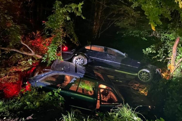 """Două BMW-uri au ajuns în șanț, în Făget, după ce au dat o """"liniuță""""  - FOTO"""