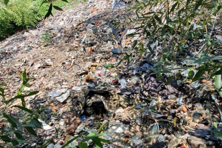 Sibiul nu scapă de gunoaie. După ce primăria a strâns șase tone de mizerii de pe malul Cibinului în urmă cu două luni, acum e la fel ca înainte - FOTO