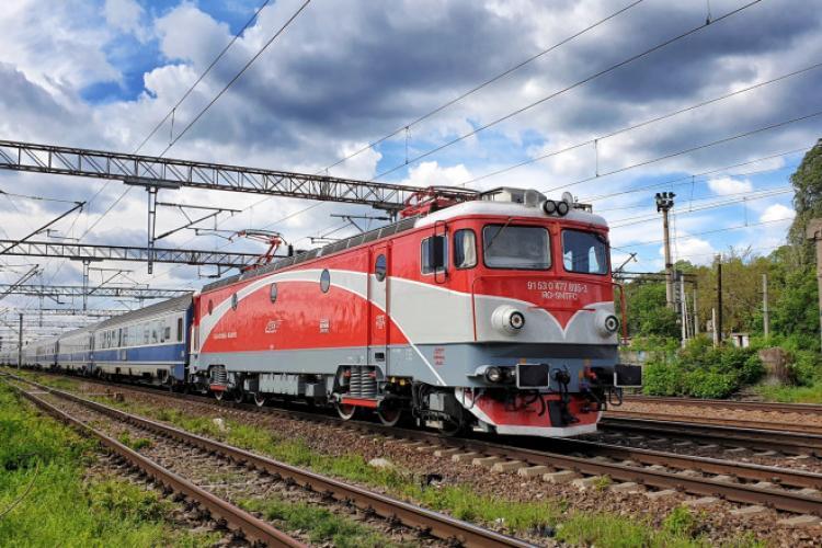 Un tren Regio a lovit un autoturism. Un bărbat a fost transportat la spital