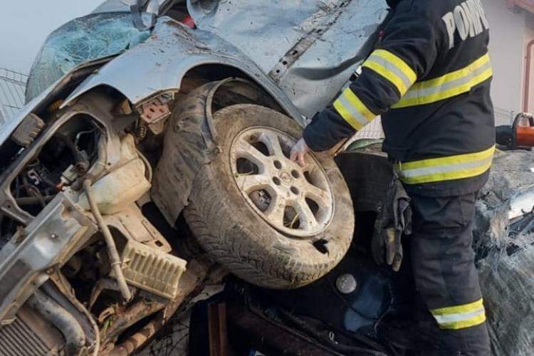 Un șofer a zburat cu mașina peste un gard în Căianu-Vamă, jud. Cluj, și s-a răsturnat peste alt autoturism - FOTO