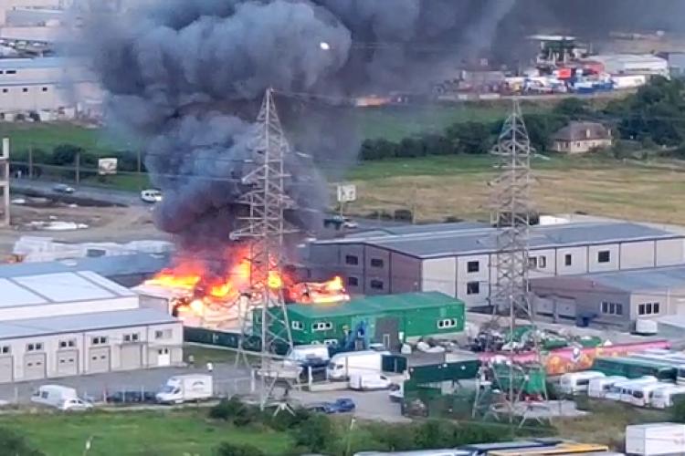 Incendiu puternic la o hală de pe Bulevardul Muncii - VIDEO de la fața locului