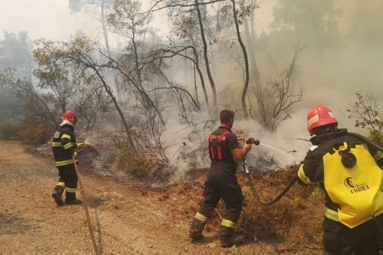 Pompierii clujeni care au ajutat la stingerea flăcărilor din Grecia au fost înaintați în grad - VIDEO