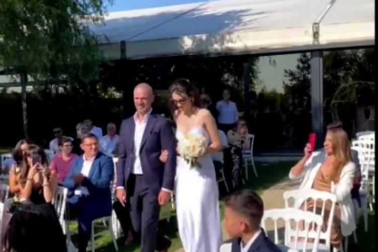 Pavel Stratan, în lacrimi la nunta fiicei sale. Artistul nu și-a putut stăpâni emoțiile, atunci când a condus-o pe Cleopatra la altar - FOTO