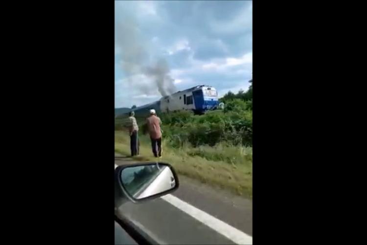 """O locomotivă """"muzeu"""" a luat foc în stația din Valea Drăganului - VIDEO"""