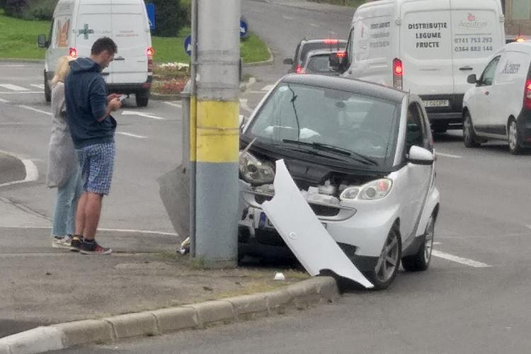 O mașină s-a înfipt într-un stâlp în Piața Baba Novac - FOTO