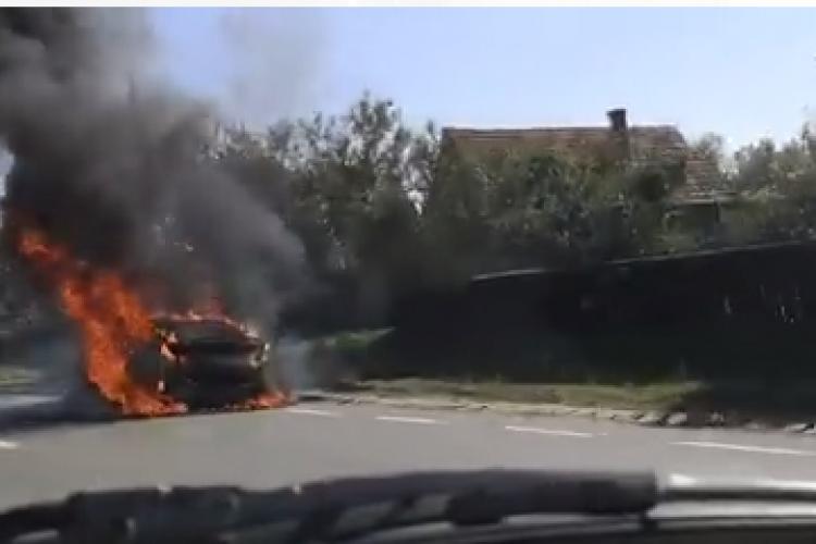 Cluj: O mașină a luat FOC în Topa Mică - VIDEO