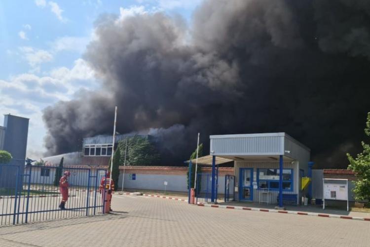 Incendiu devastator la un depozit de materiale plastice din Alba Iulia - FOTO